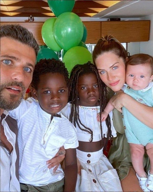 Bruno Gagliasso e Giovanna Ewbank posaram com seus filhos Titi, Bless e Zyan