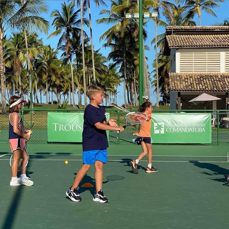 Filho do jogador Neymar e Carol Dantas jogando tênis