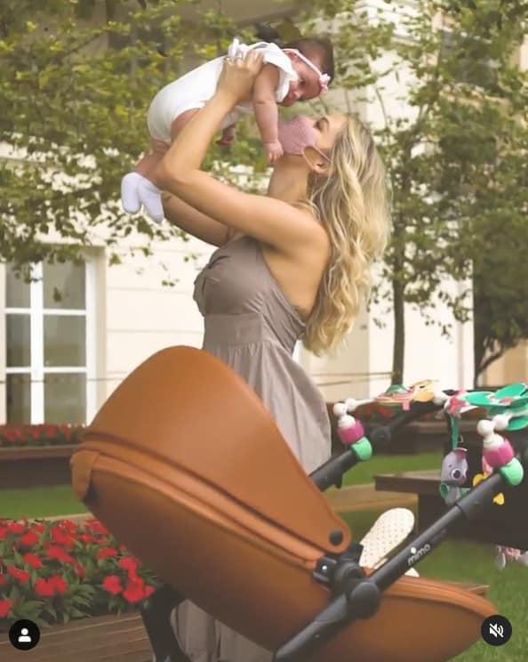 Carol Dias e sua filha com Kaká