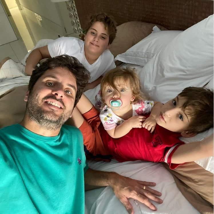 Marido de Claudia Leitte com os filhos