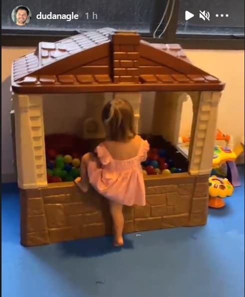 Bebê de Duda Nagle na sua casa de bonecas