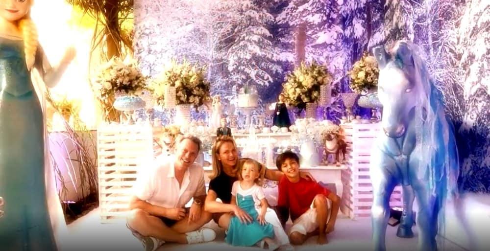 Eliana com a família diante do aniversário de Manuela