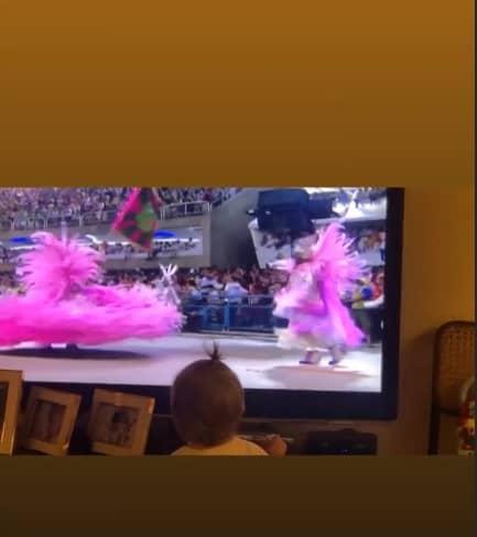 Filha de Fernanda Lima e Rodrigo Hilbert assistindo televisão