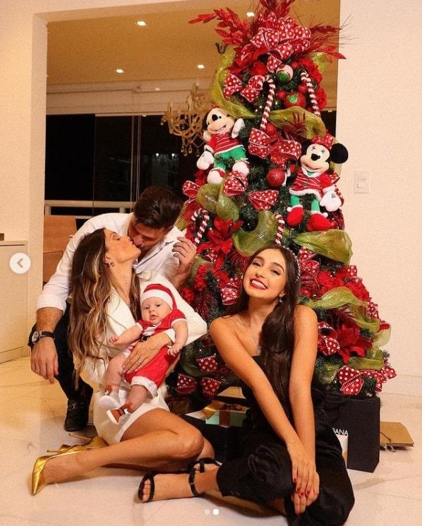 Flávia Viana com os filhos e noivo em frente a sua árvore de Natal