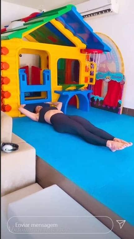 Andressa Suita se exercitando no quarto de seus filhos com Gusttavo Lima