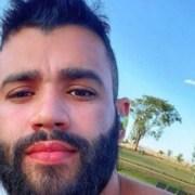 Gusttavo Lima surgiu na piscina com os filhos