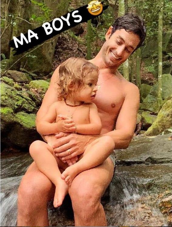 Marido de Isis Valverde com o filho casal, o pequeno Rael
