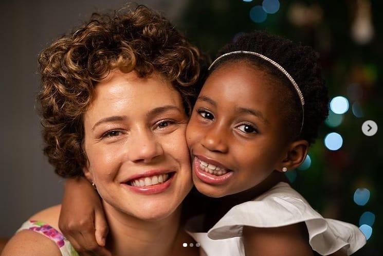 Leandra Leal com sua filha Júlia