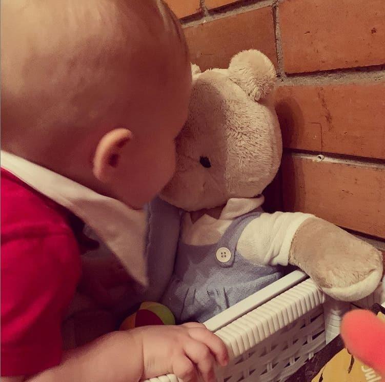 Bebê de um ano de Letícia Colin com seu ursinho