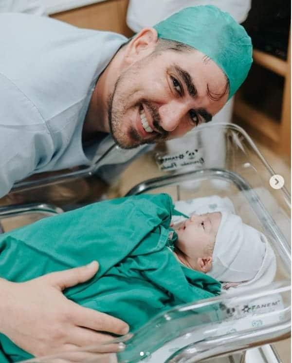 Marcelo Adnet e sua filha recém-nascida, a pequena Alice
