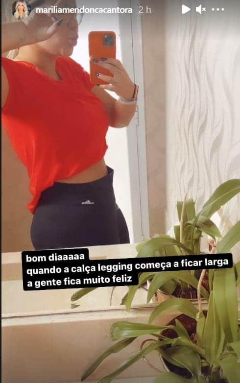 Marília Mendonça exibindo barriga pós-parto