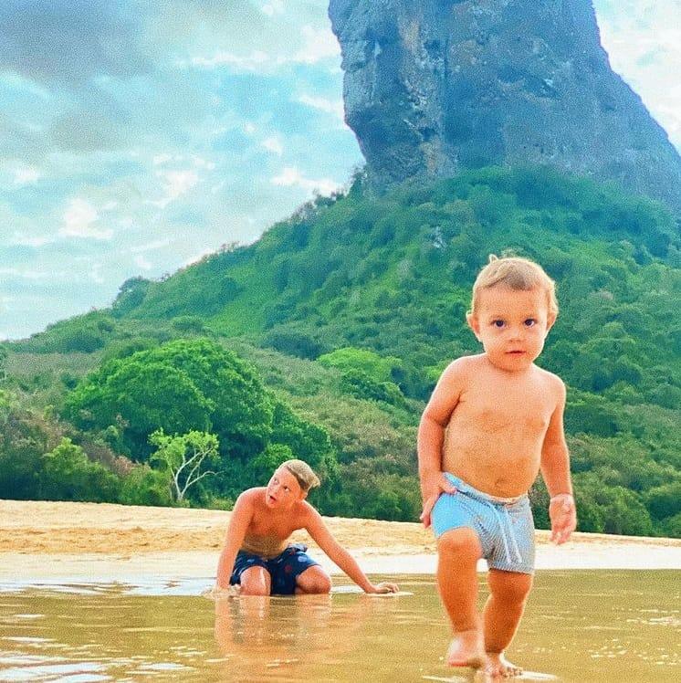 Filho do jogador Neymar ao lado do irmão caçula