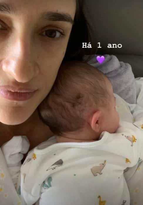 Maria Prata com a filha com Pedro Bial pouco após o parto
