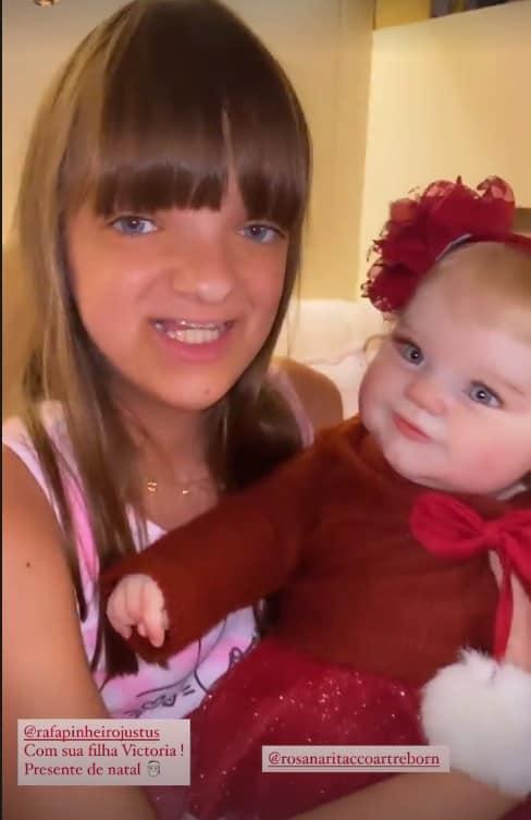 Rafaella Justus com a boneca reborn que ganhou no Natal
