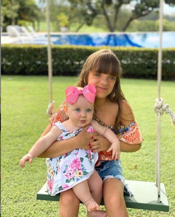 Rafaella Justus com a pequena Vicky