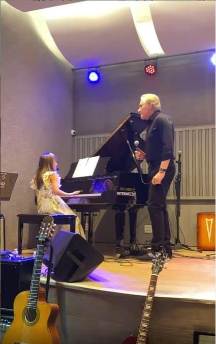Rafaella Justus cantando com o pai Roberto Justus