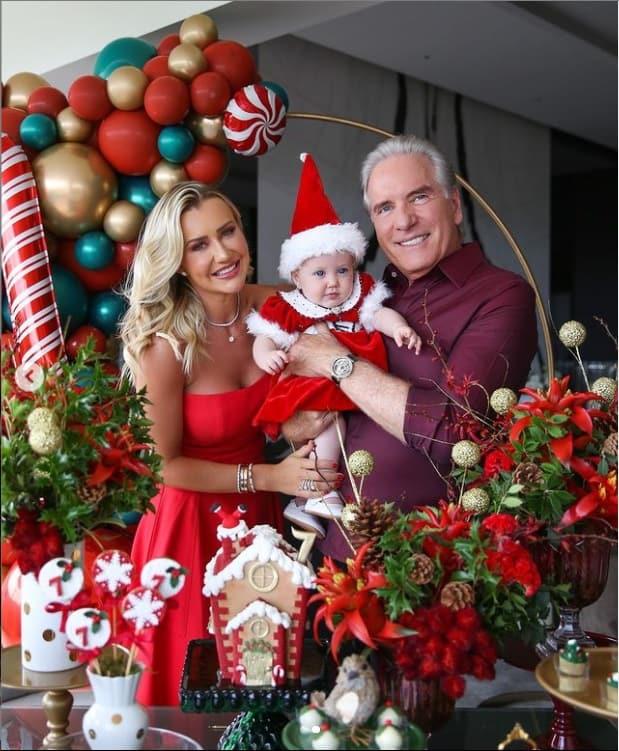 Roberto Justus e Ana Paula Siebert celebrando mêsversário de sua bebê