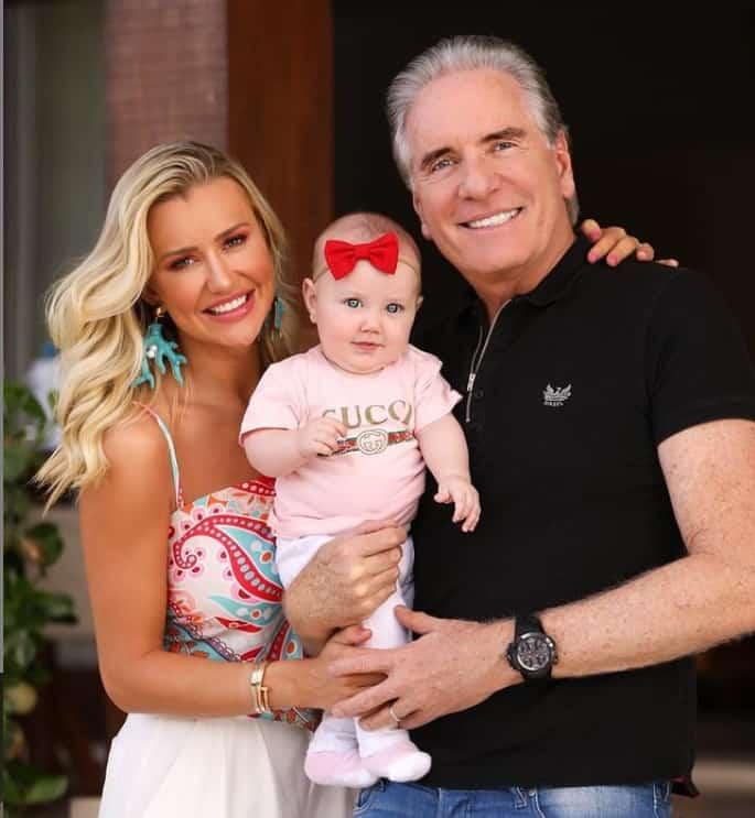 Roberto Justus e Ana Paula Siebert com a filha Vicky