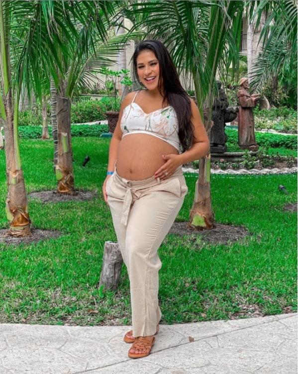 Simone e seu barrigão de grávida