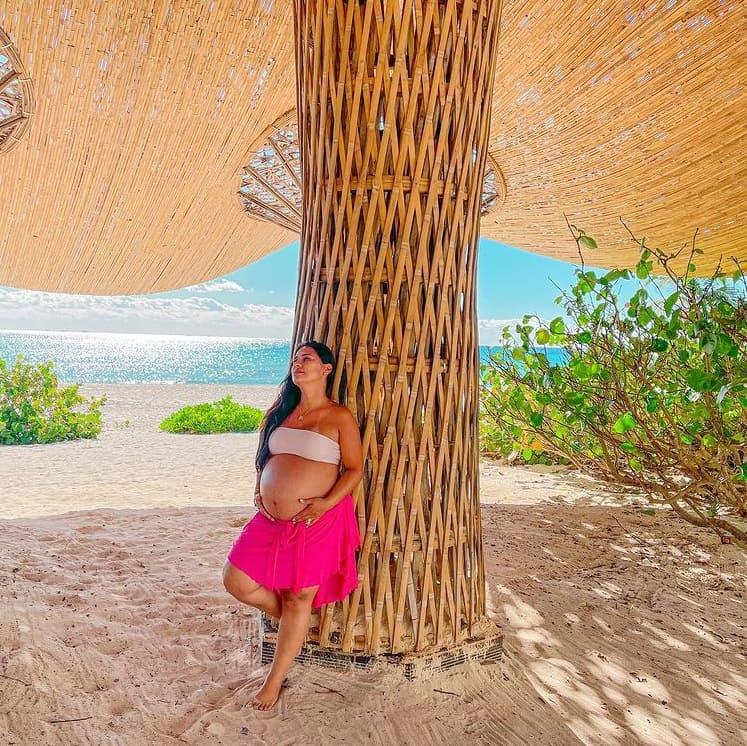 Simone e seu barrigão de grávida na praia