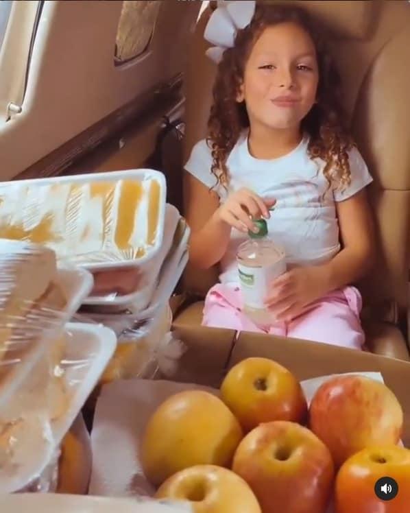 Filha de Thyane Dantas e Safadão com a filha no avião particular