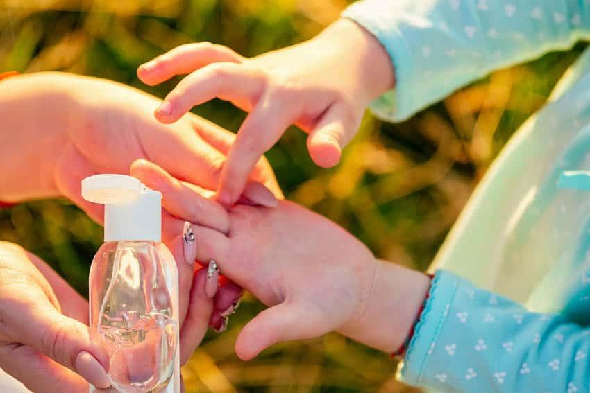 A criança deve usar álcool gel apenas com a supervisão de um adulto