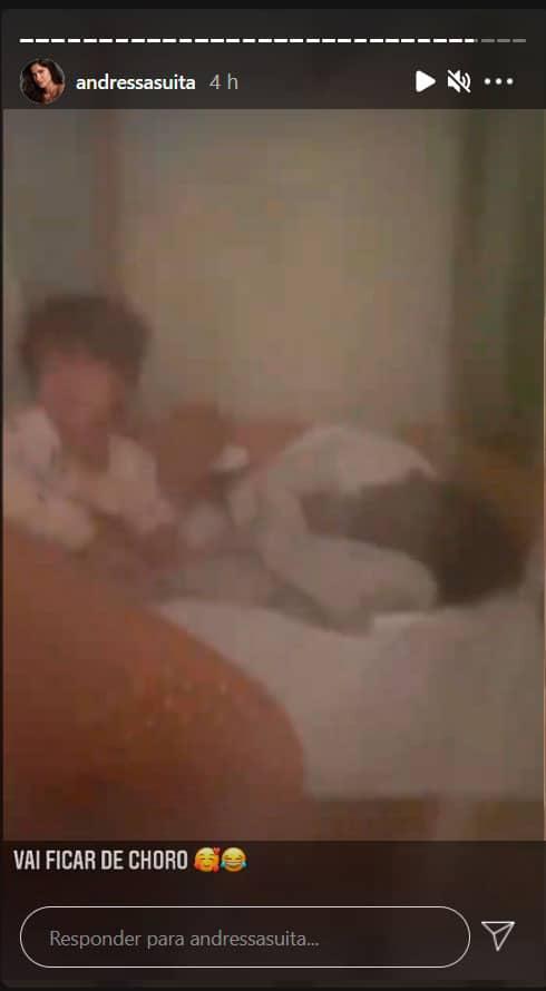 Gabriel consolando o irmão caçula em registro de Andressa Suita