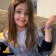 """A criança criou o que batizou de """"braceletes da amizade"""""""