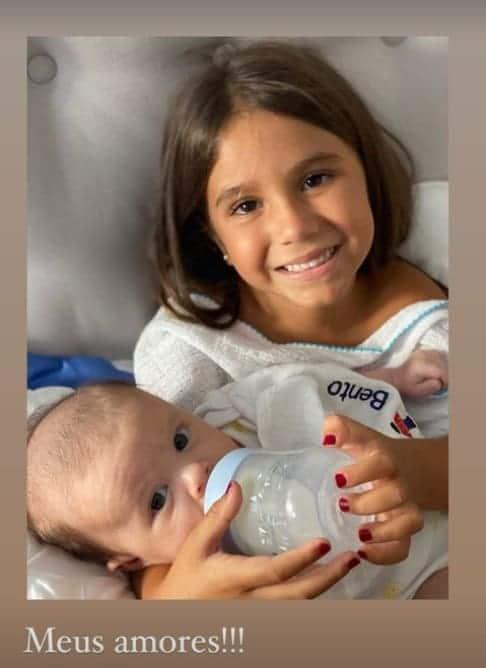Deborah Secco mostrando a filha com um bebê