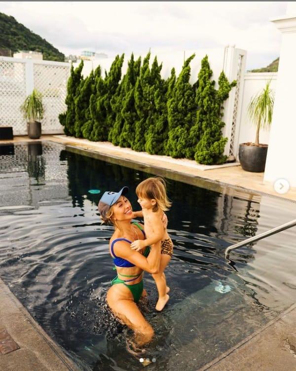 Sabrina Sato com a filha com Duda Nagle em hotel bem luxuoso