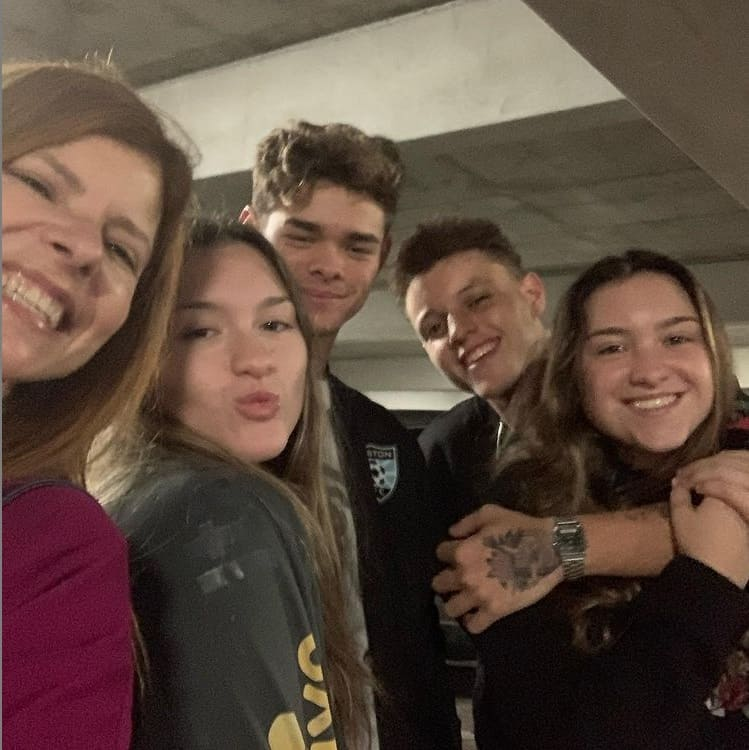 Filhas de Gugu Liberato ao lado de sua mãe Rose Miriam e dos respectivos namorados