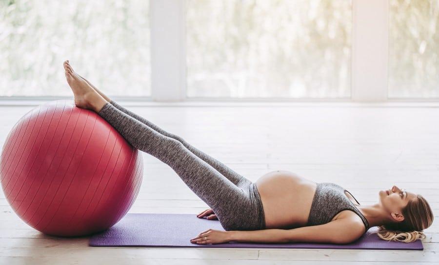Use a fitball para fazer levantamento de pernas