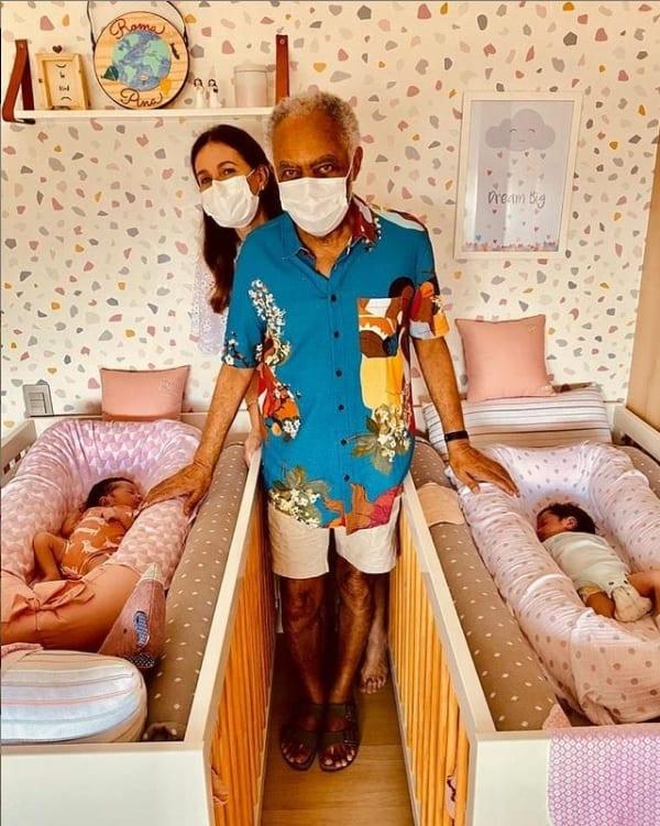 Gilberto Gil com suas netinhas gêmeas