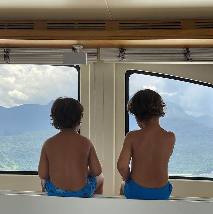 Filhos de Gusttavo Lima e Andressa Suita passeando de iate