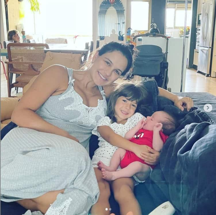 Kyra Gracie e o seu recém-nascido com o ator Malvino Salvador