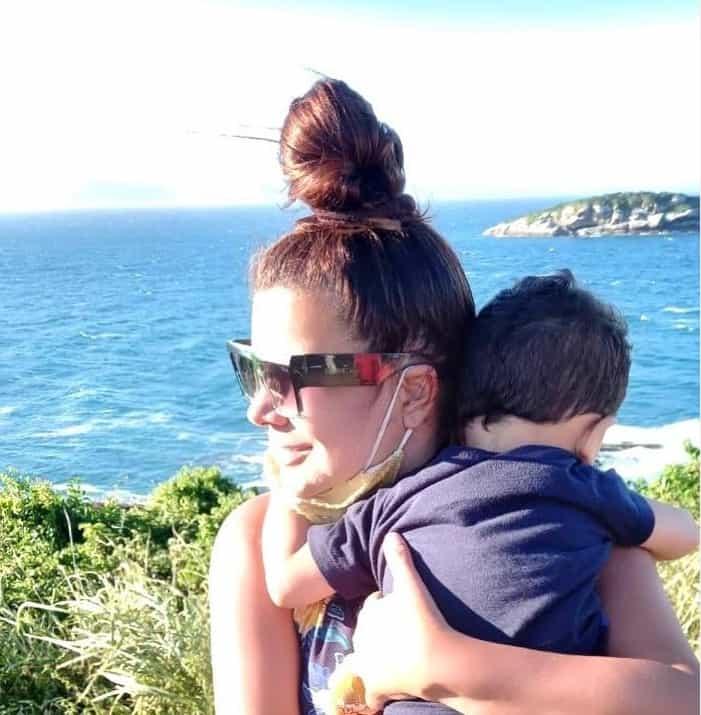 Mara Maravilha com seu bebê Benjamin no colo