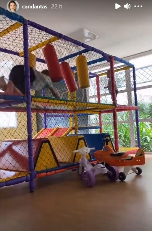 Filhos de Carol Dantas se divertindo no brinquedão