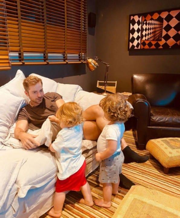 Paulo Gustavo compartilhou essa foto do marido Thales com os dois filhos do casal