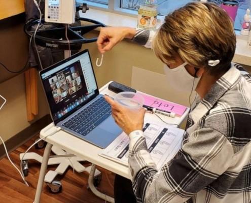 Aproveitando as aulas online, a professora continua lecionando, mesmo do hospital