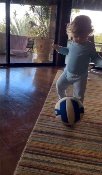 Clara Maria, filha de Rafael Vitti, jogando bola