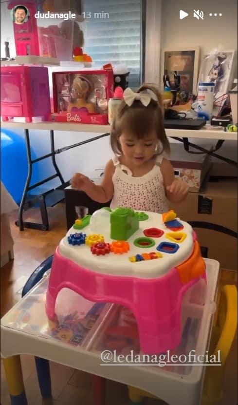 Filha da apresentadora Sabrina Sato no seu quarto de brinquedos