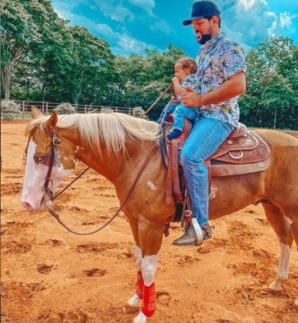 O cantor Sorocaba junto com o filho, em seu rancho