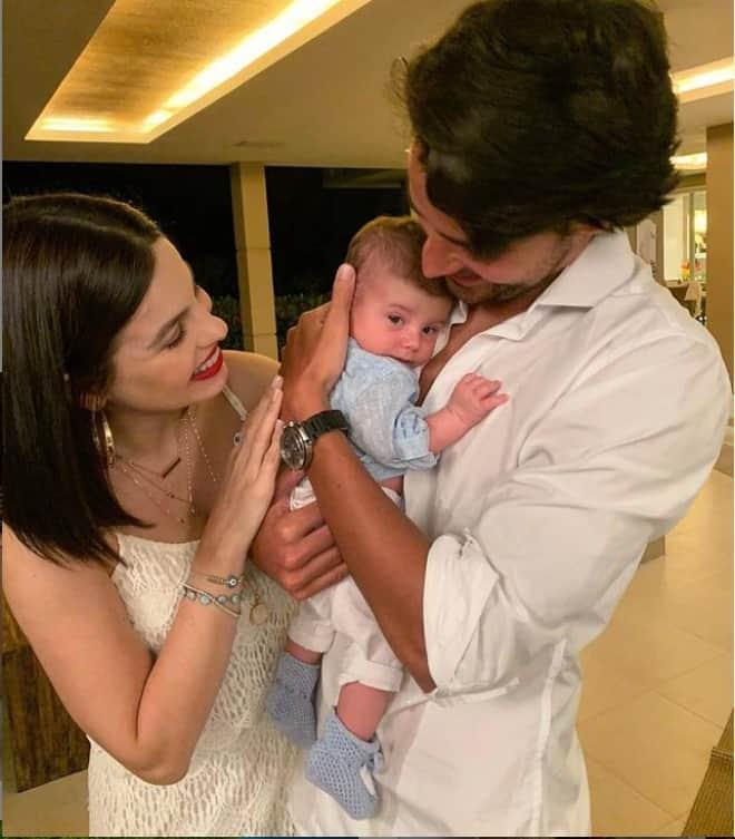 Sthefany Brito com seu marido e o filho bebê