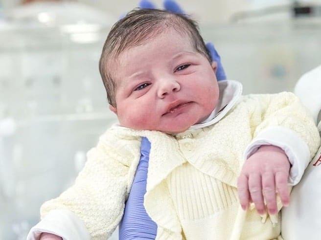 Antônio Enrico, filho de Sthefany Brito, ainda recém-nascido