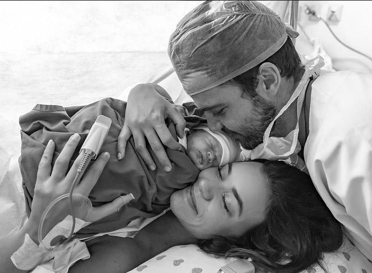 Talita Younan e João Comez com a filha recém-nascida