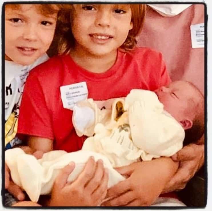 Filha de Talita Younan com os dois irmãos por parte de pai
