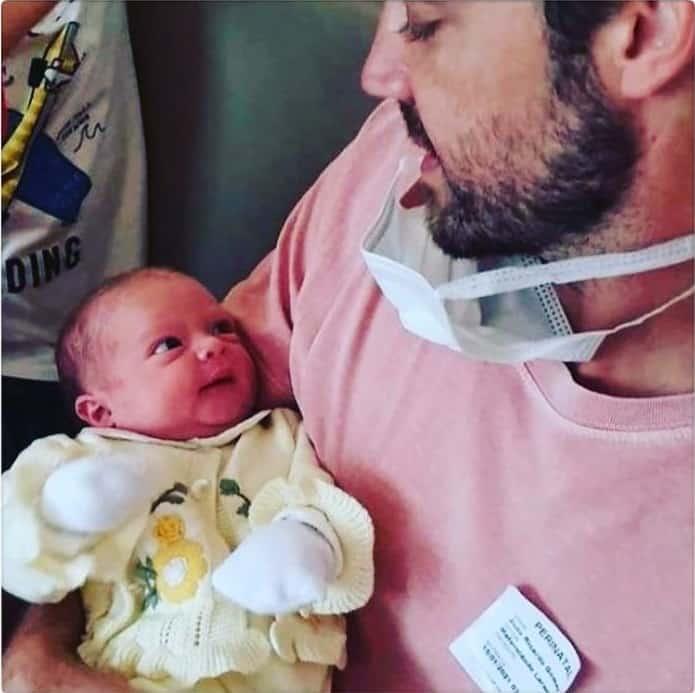 A bebê Isabel que é filha da atriz Talita Younan e neta de Regina Duarte