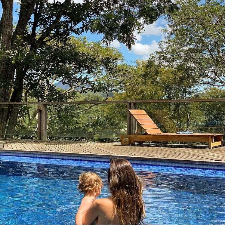 Tatá Werneck com a filha na piscina