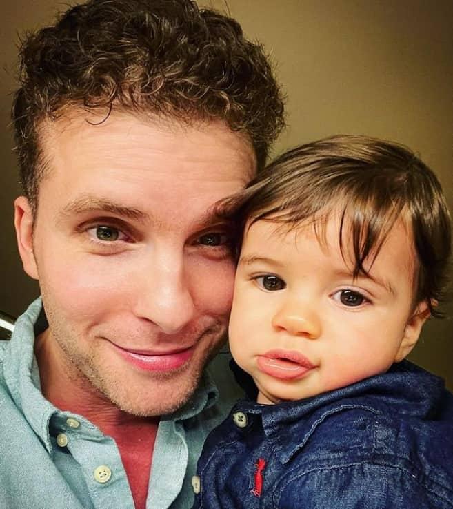 Thiago Fragoso e seu bebê de oito meses