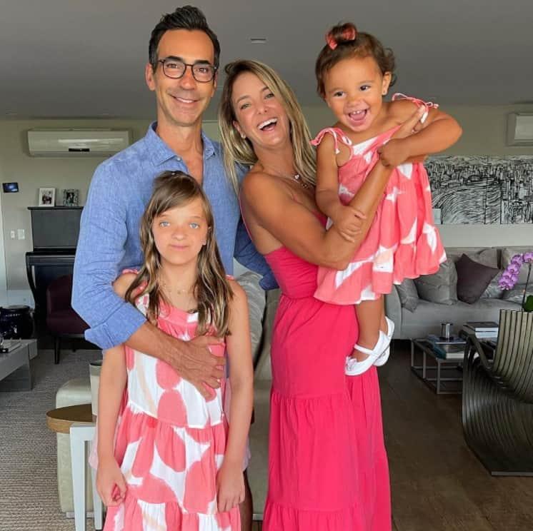 Ticiane Pinheiro junto com o marido e as duas filhas